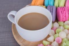Coffe mit macaron und Aalaw auf hölzerner Tabelle Lizenzfreie Stockfotos