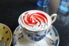 Coffe mockais som blandas med kräm- och jordgubbedriftstopp arkivbilder