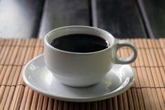 Coffe negro caliente en la taza blanca Imagenes de archivo