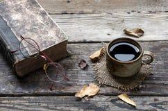 Coffe och gammal bok Arkivfoton