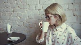 Coffe potable de jeune belle femme heureuse dans le café banque de vidéos