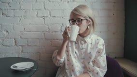 Coffe potable de jeune belle femme heureuse dans le café clips vidéos