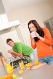 Coffe potable de jeunes couples dans la cuisine Image libre de droits