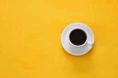coffe Schale auf hölzernem gelbem Hintergrund Stockfotos