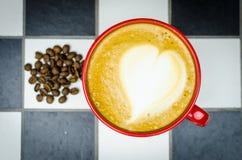 Coffe-Schale mit Bohnen auf Checkedboard Lizenzfreie Stockfotos