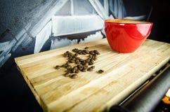 Coffe-Schale mit Bohnen auf Platte Lizenzfreies Stockfoto
