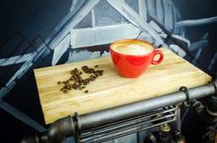 Coffe-Schale mit Bohnen auf Platte Lizenzfreies Stockbild