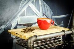 Coffe-Schale mit Bohnen auf Platte Lizenzfreie Stockfotos