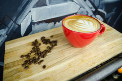 Coffe-Schale mit Bohnen auf Platte Lizenzfreie Stockbilder