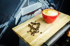 Coffe-Schale mit Bohnen auf Platte Stockbild