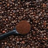 Coffe Schaufel oben auf Bohnen Lizenzfreie Stockfotos