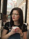 Coffe shoppar flickan Arkivbild