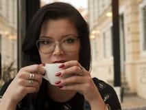 Coffe shoppar flickan Fotografering för Bildbyråer
