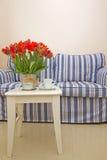 Coffe-Tabelle mit Schale und Blumen Stockbilder