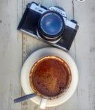 Coffe und analoge Kamera Stockfoto