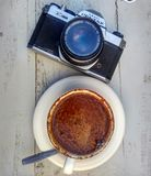 Coffe y cámara análoga foto de archivo
