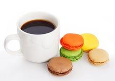 Coffe y macarrones Imágenes de archivo libres de regalías