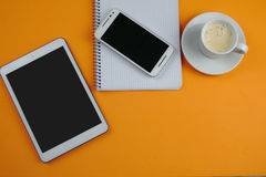 Coffe z pastylką, smartphone i notatnik, tapetujemy Zdjęcia Stock