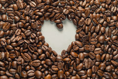 Coffebeans op Neutraal Gray Background De donkere Koffie van het Braadstuk Royalty-vrije Stock Foto's