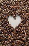 Coffebeans op Neutraal Gray Background De donkere Koffie van het Braadstuk Stock Afbeeldingen
