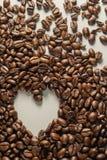 Coffebeans op Neutraal Gray Background De donkere Koffie van het Braadstuk Stock Fotografie