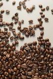 Coffebeans op Neutraal Gray Background De donkere Koffie van het Braadstuk Royalty-vrije Stock Afbeelding