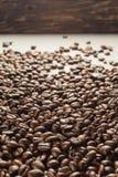 Coffebeans op Neutraal Gray Background De donkere Koffie van het Braadstuk Royalty-vrije Stock Afbeeldingen