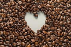 Coffebeans su Gray Background neutrale Caffè scuro dell'arrosto Fotografie Stock Libere da Diritti
