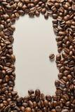 Coffebeans su Gray Background neutrale Caffè scuro dell'arrosto Immagine Stock