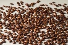 Coffebeans sur Gray Background neutre Café foncé de rôti Photo stock