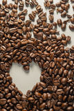 Coffebeans sur Gray Background neutre Café foncé de rôti Photographie stock