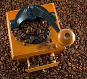 Coffebeans y amoladora foto de archivo