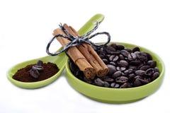 Coffebonen en kaneel Stock Afbeeldingen