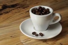 Coffebonen in espressokop Royalty-vrije Stock Afbeeldingen