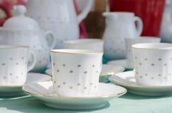 Coffecups ha fatto di porcellana in un mercato immagine stock