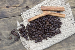 Coffee beans and cinamons on the wooden table Royalty Free Stock Photography