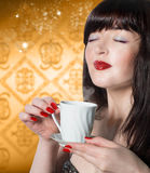 Coffee.Beautiful妇女 免版税库存图片