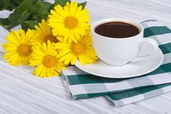 Coffee and a bouquet of yellow daisies Royalty Free Stock Photography
