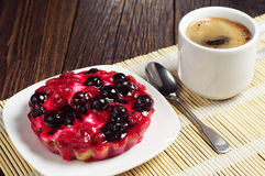 Coffee and cake with currants Stock Photography