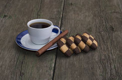 Coffee of a circle and a row of contrasting cookies Royalty Free Stock Image
