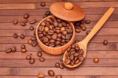 Free Coffee Composition On A Wooden Background. Grains Of Coffee In A Wooden Jar. Lattice Coffee Beans Close-up On A Wooden Surface. Co Stock Photos - 126676943