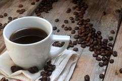 Coffee cup and beans grain arabiga Royalty Free Stock Photos