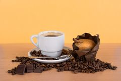 Coffee cup with beans and muffin Royalty Free Stock Images