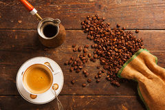 Coffee cup and beans on wooden table Royalty Free Stock Photos