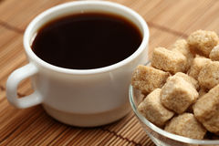 Coffee cup and brown cane sugar Royalty Free Stock Photography