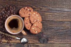 Coffee cup and chocolate cookies Royalty Free Stock Images