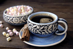Coffee cup, cinnamon and marshmallow Royalty Free Stock Photo