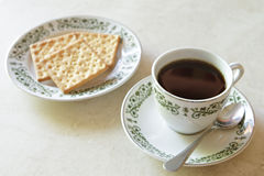 Coffee cup with crackers on marble table Stock Photography