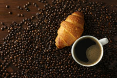 Coffee cup with croisant Royalty Free Stock Photography