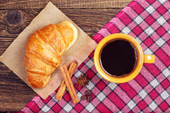 Coffee cup with a croissant Royalty Free Stock Images